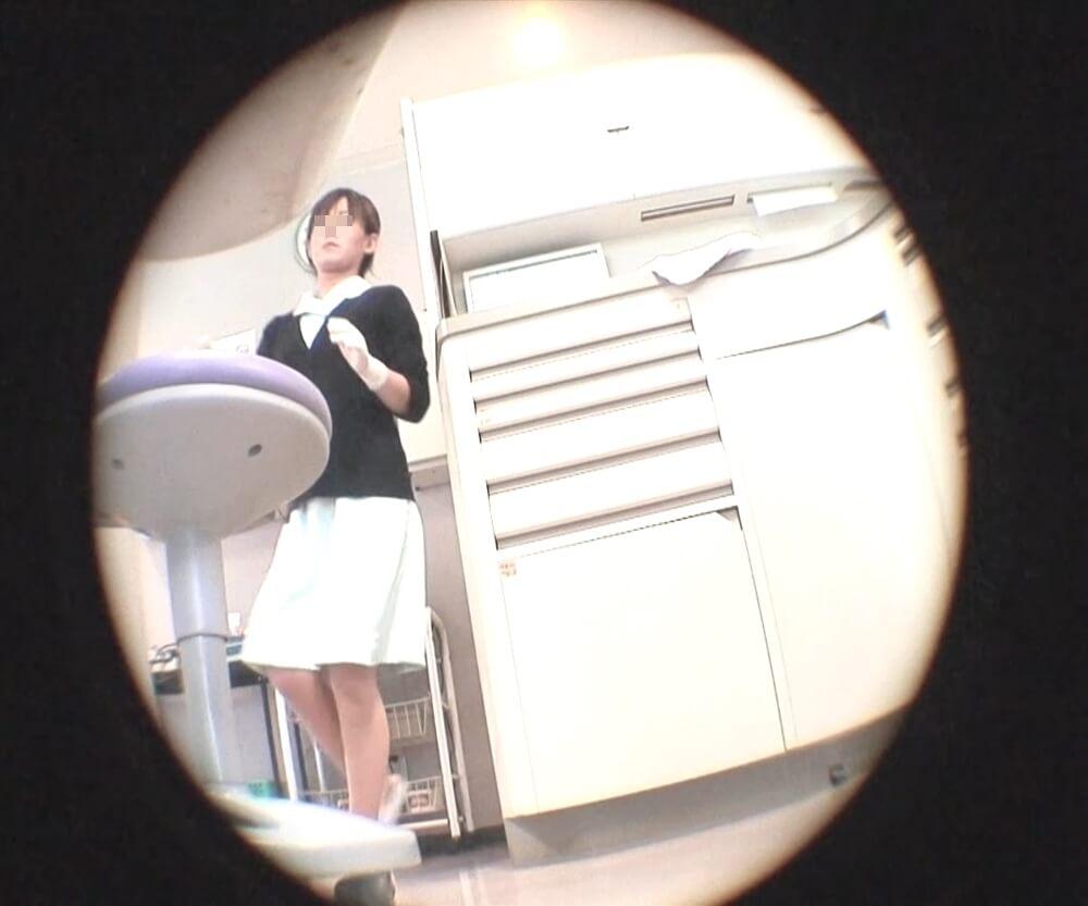 peepさんに逆さ撮りされる歯科助手の姿を映した画像