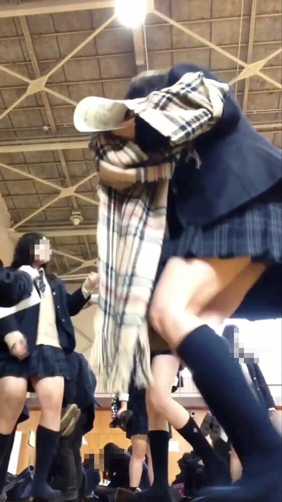JKが座る際の際どいスカートの画像