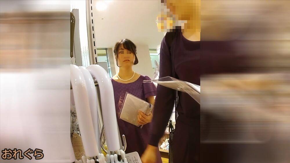 結婚式に行く感じのお姉さんの顔を隠し撮りした画像