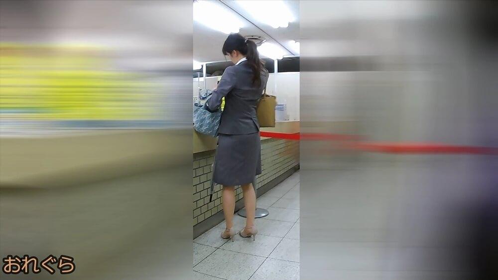 スーツ姿のOLの全身を映した画像