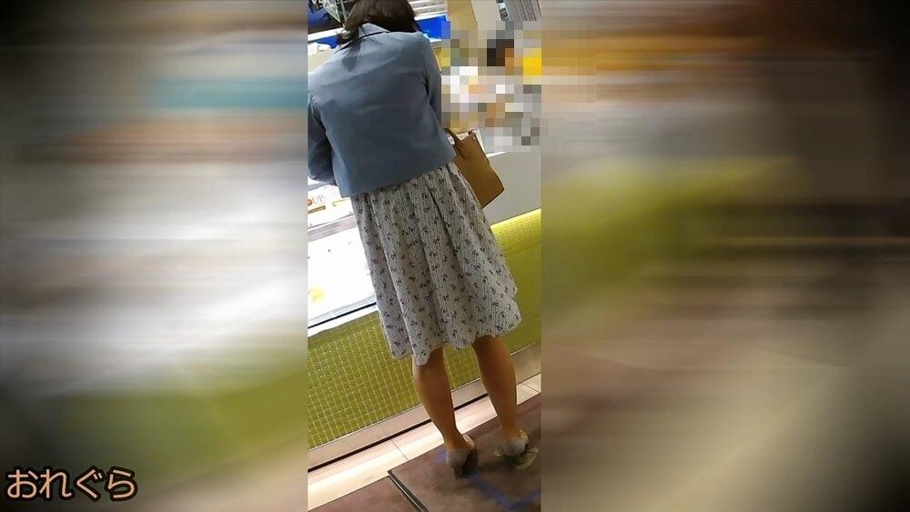 おれぐらさんに逆さ撮りされるお姉さんの後ろ姿画像