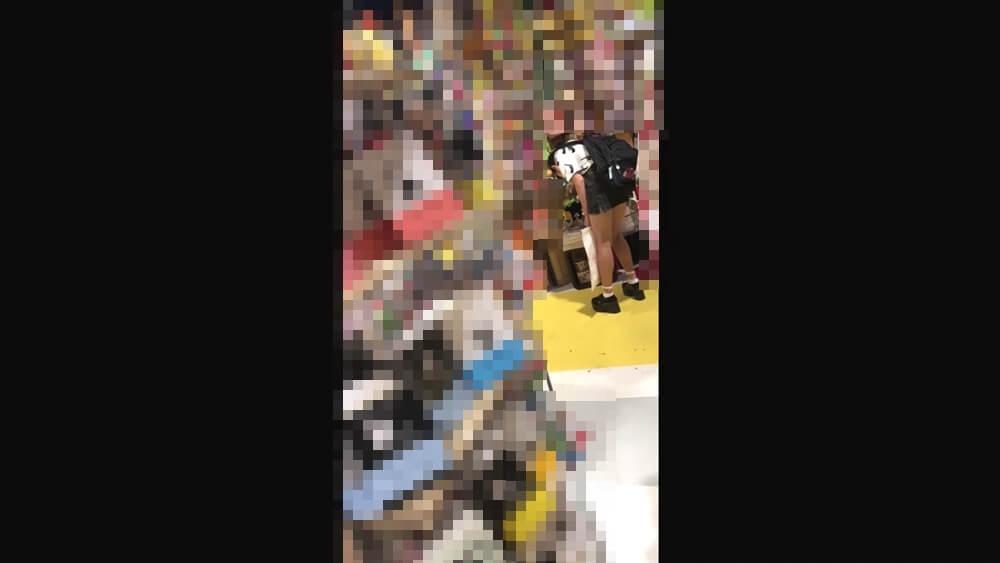 前かがみになるスタイルのいいJCの姿を映した画像