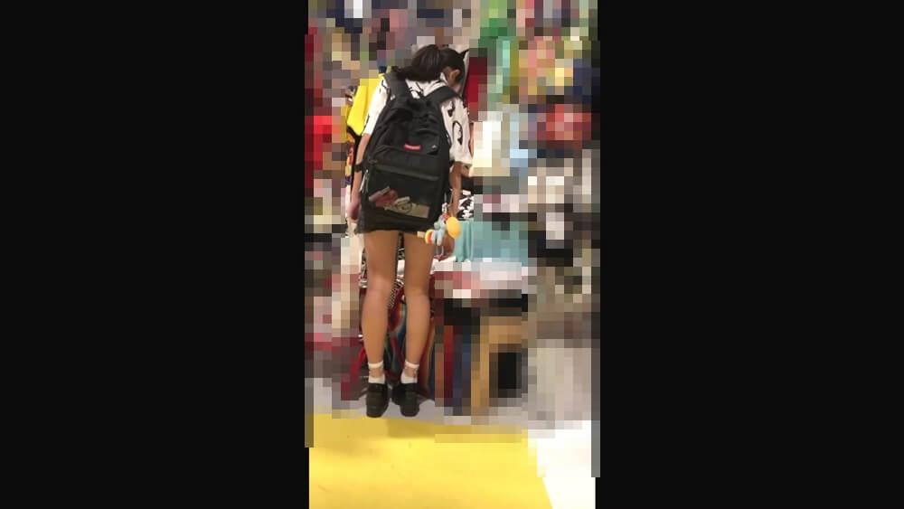 スタイルのいいJCの脚を背後から映した画像