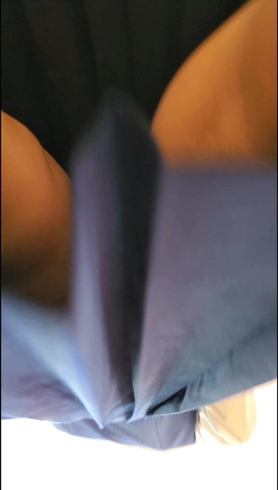 スカートを下アングルからスマホで映した画像