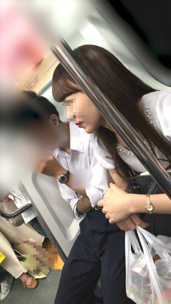 逆さ撮りされる女性の横顔を映した画像
