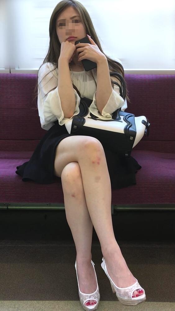 丸高愛実に似ている女性を電車内で映した画像