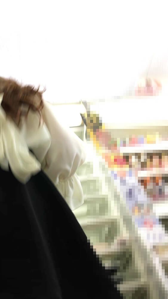女性の背後からスカート内に近づくカメラ画像