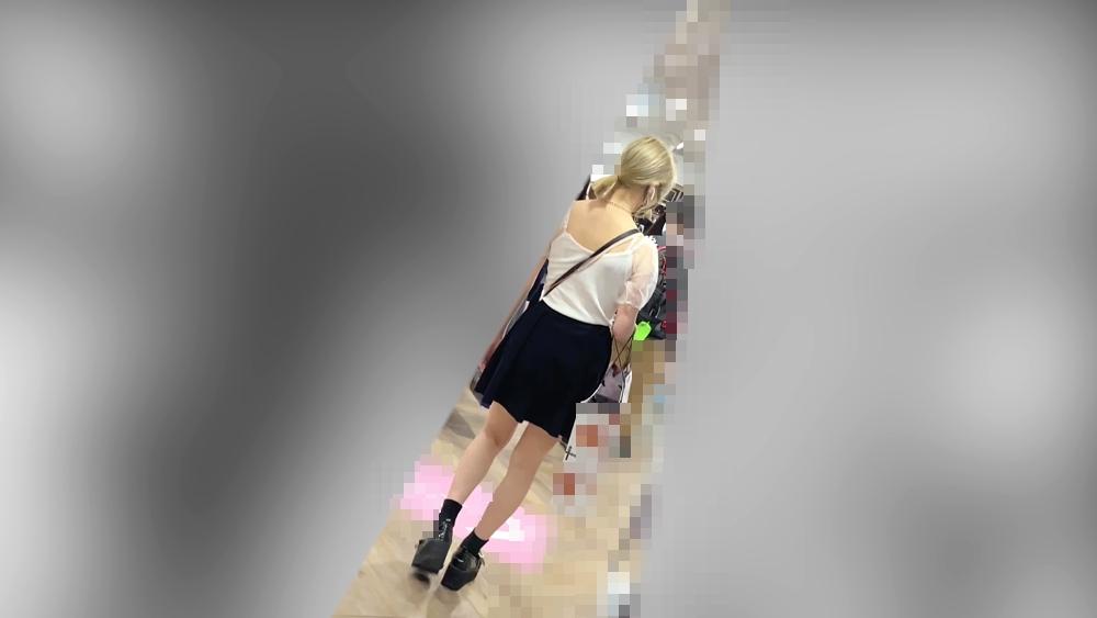 セクシーな女性を背後から隠し撮りした画像