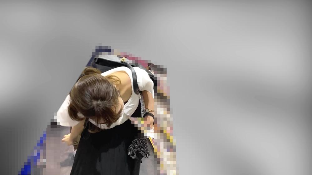 商品を見てる女性を隠し撮りした画像