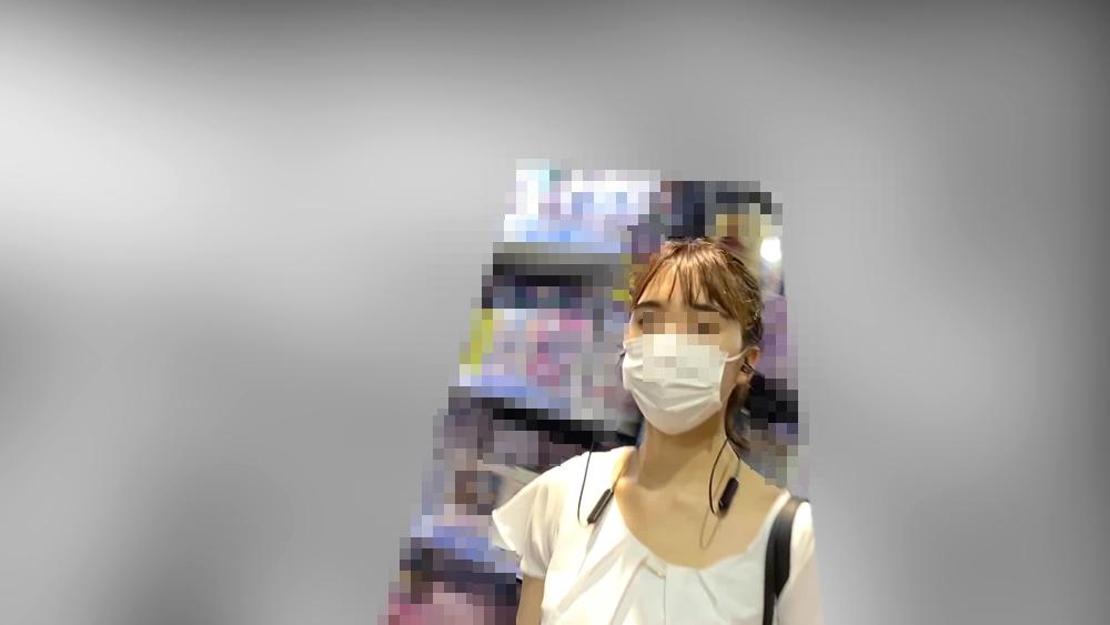 逆さ撮りされる女性の顔を映した画像