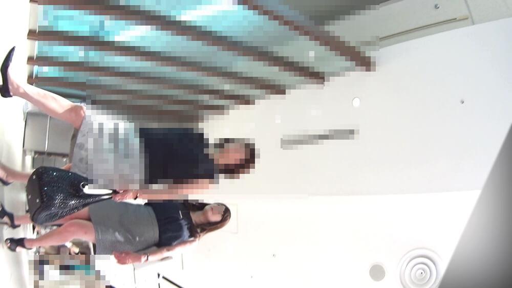 家族で歩いている美女を映した画像