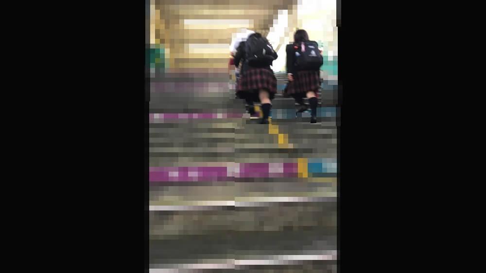 駅のJKが階段を上がるのを隠し撮りした画像
