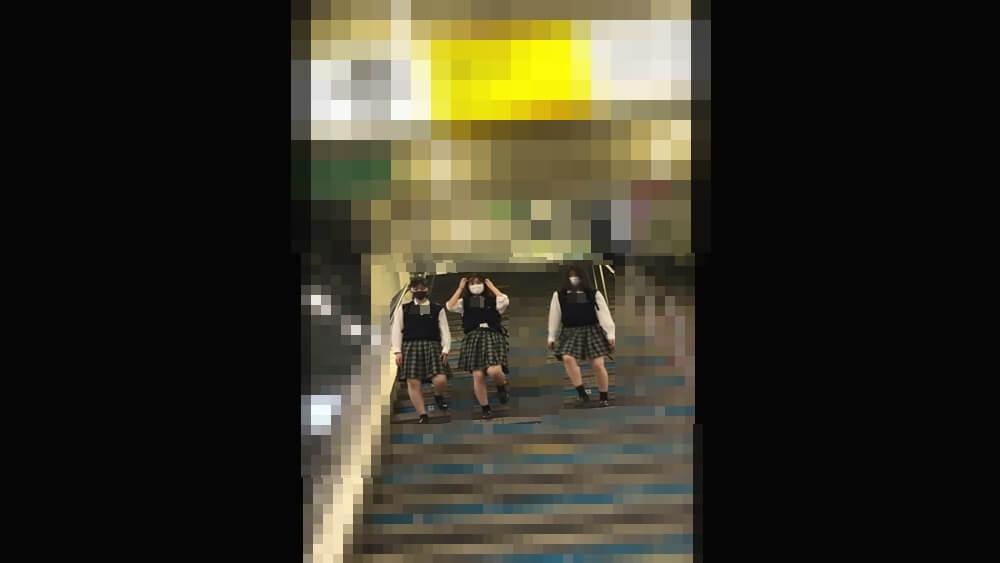 駅の階段でJK三人組の姿を映した画像
