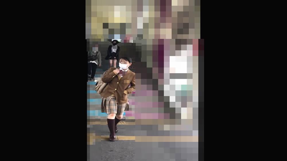 駅のホームで制服姿のJKを映した画像