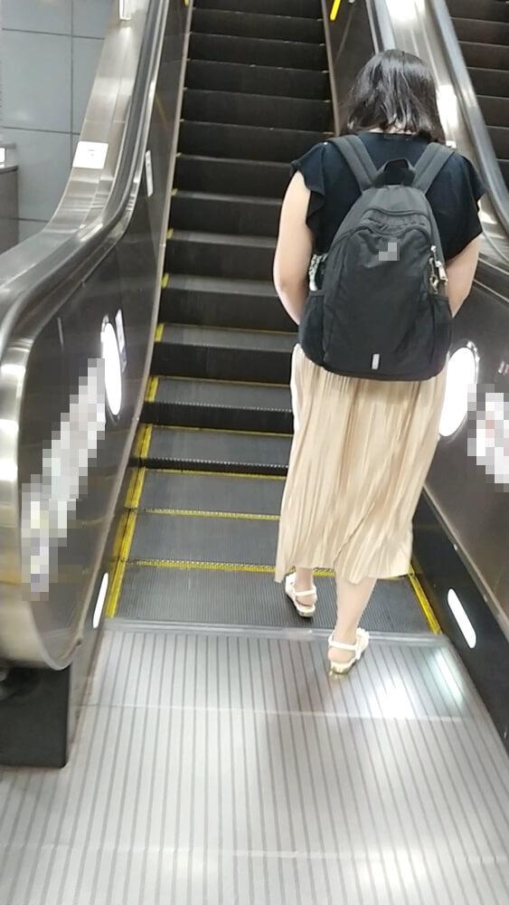 次のエスカレーターへと移動するターゲット女性