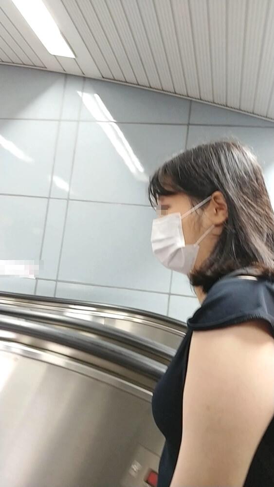 パンチラを逆さ撮りした女性の横顔を映した画像