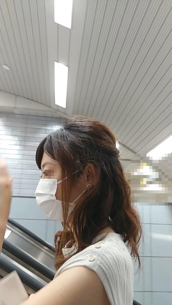 逆さ撮りした女性の横顔を映した画像