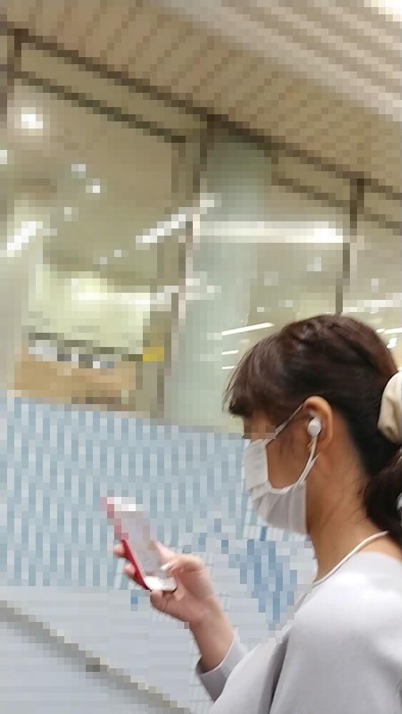 逆さ撮りした女性の顔を横から映した画像