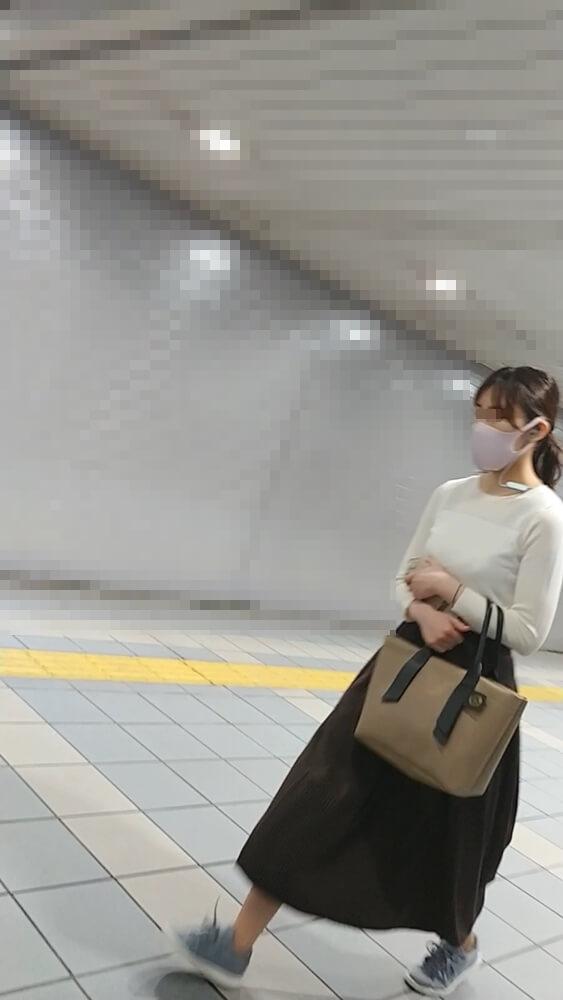 歩く女性の姿を映した画像