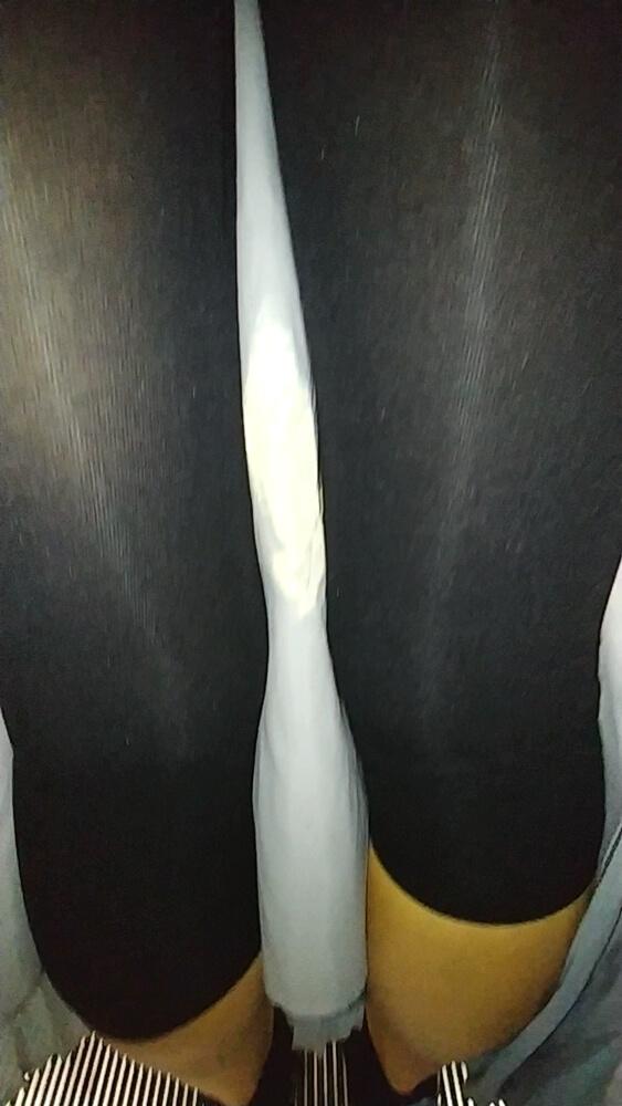 レギンス越しの太ももを映した画像