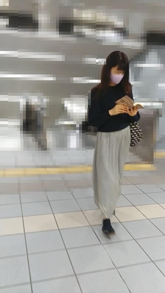 レギンス越しにパンチラを撮られた女性の姿を映した画像