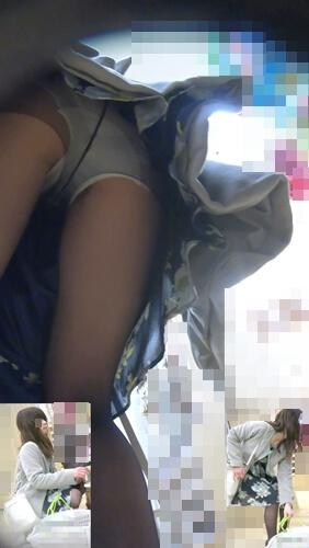 前かがみになった主婦の黒パンスト越しのパンチラを逆さ撮りした画像