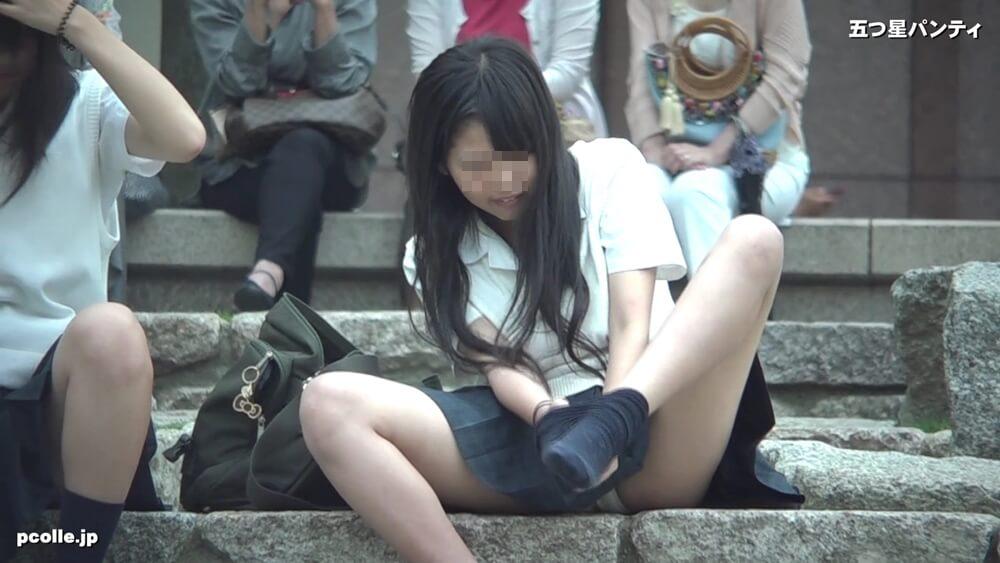 足の下に四角いものを入れて靴下を履くJKの姿画像