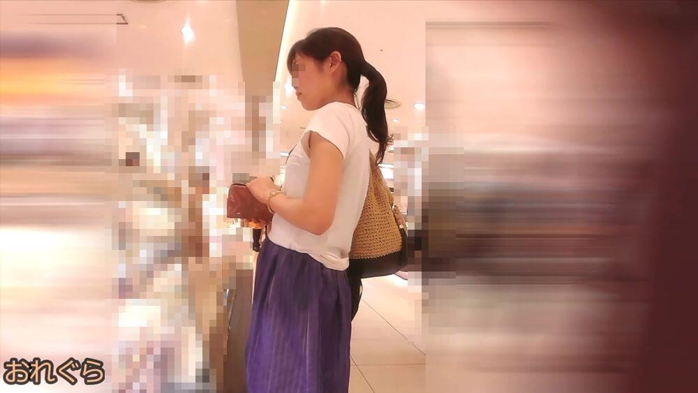 キリッとした顔つきの女性の横顔画像