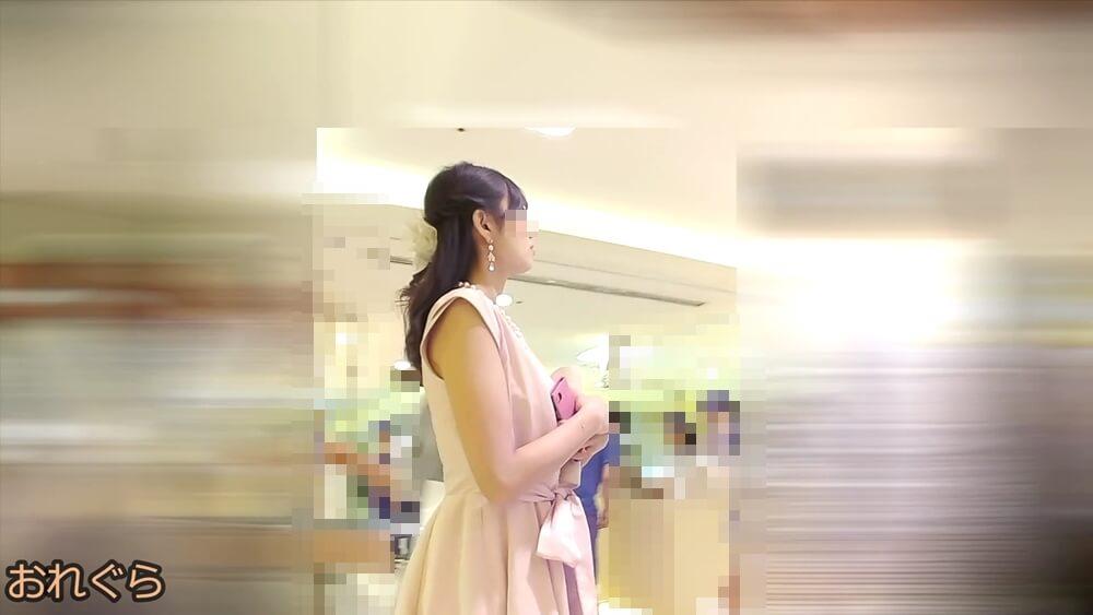 二次会ドレスのような服装の女性の上半身画像