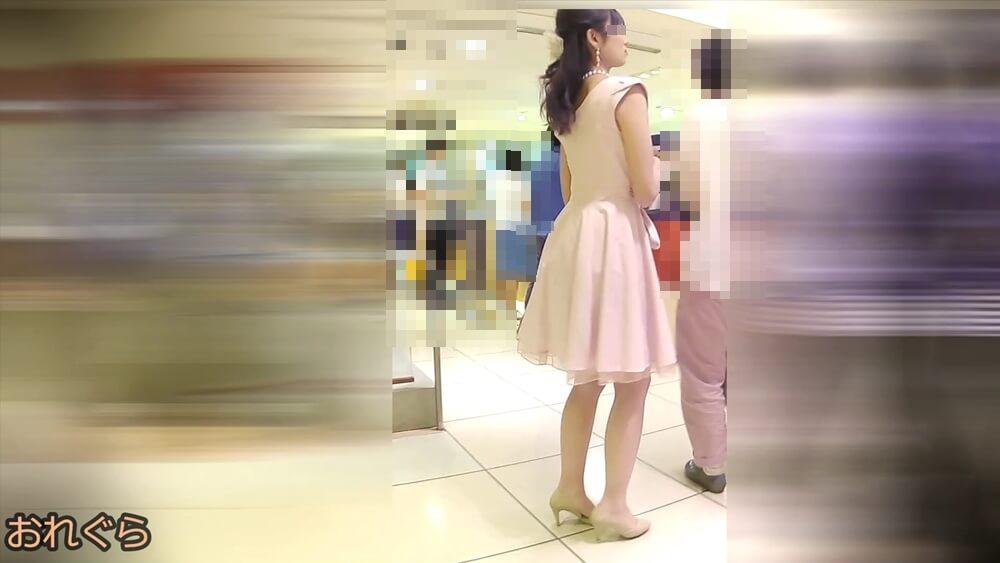 二次会ドレスを着た女性の姿を映した画像