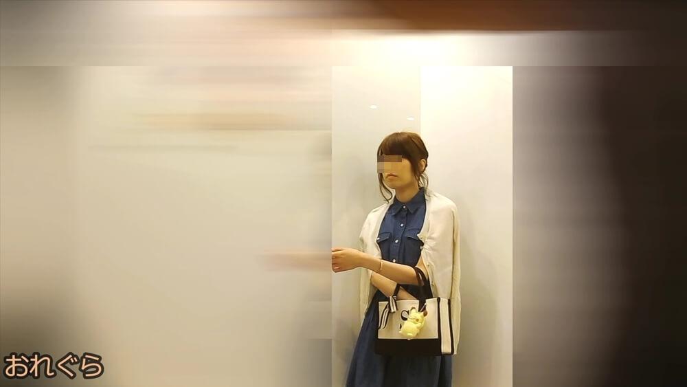 普段着の女性をエレベーター内で隠し撮りした画像