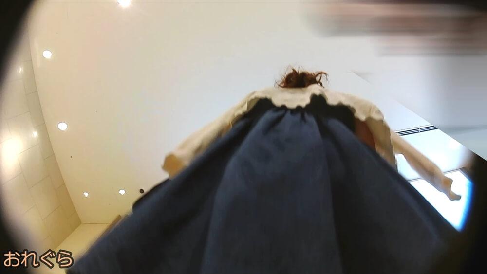 エレベーター待ちの女性を背後下アングルから映した画像