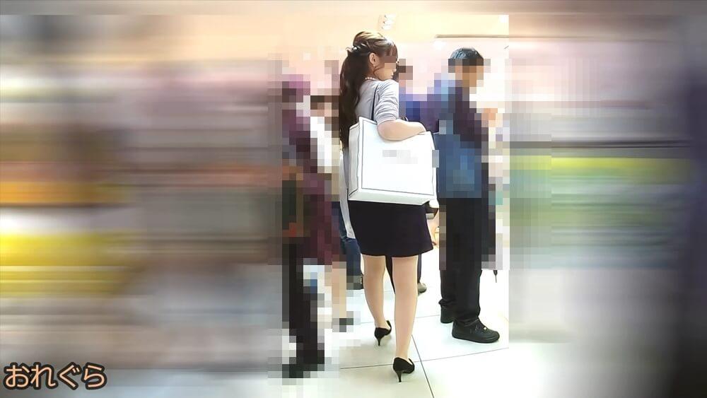 タイトスカートを履いたセクシーな女性の後ろ姿を映した画像