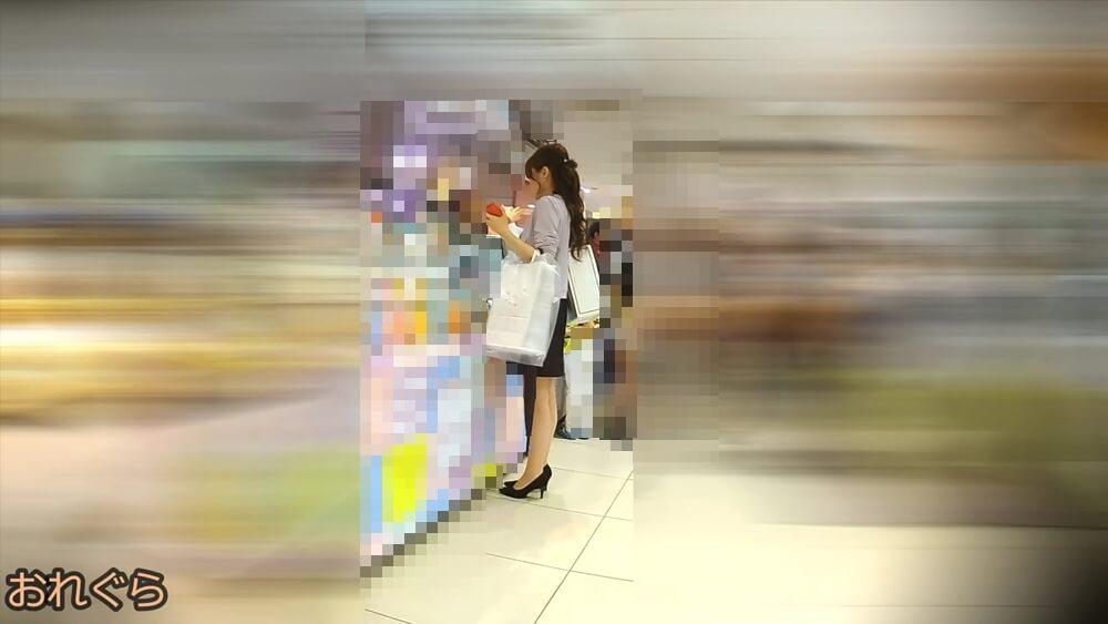 上品でセクシーな女性の横からの立ち姿を映した画像
