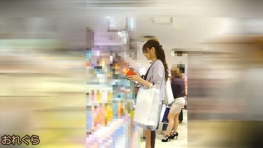店員さんの受け答えに微笑む女性の横顔を映した画像