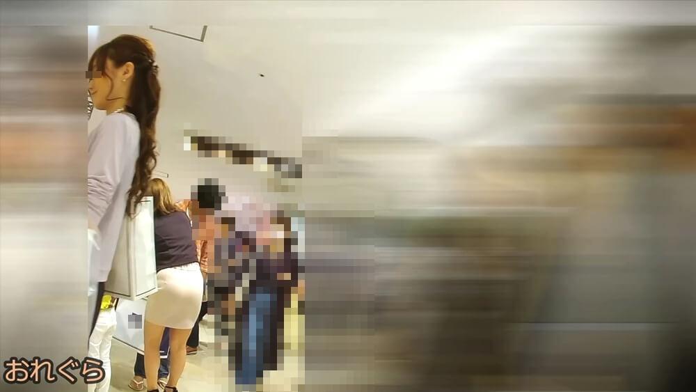 奥にいる女性のパツパツのお尻を映した画像