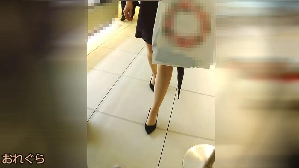 上品でセクシーな女性のパンスト脚を正面から映した画像