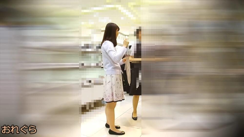 逆さ撮りされた女性の姿を横から映した画像