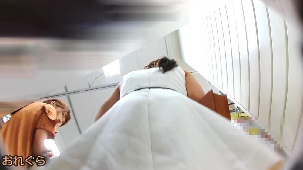 ターゲットの隣の女性に怪しまれる様子を映した画像
