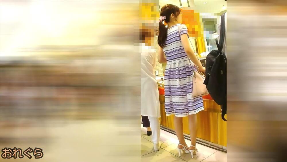 スリムでスタイルのいい女性の後ろ姿を映した画像