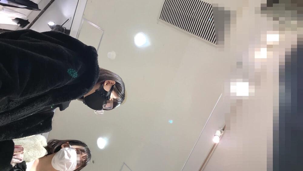 メガネをかけた黒いアウターを着た私服JKの顔を映した画像