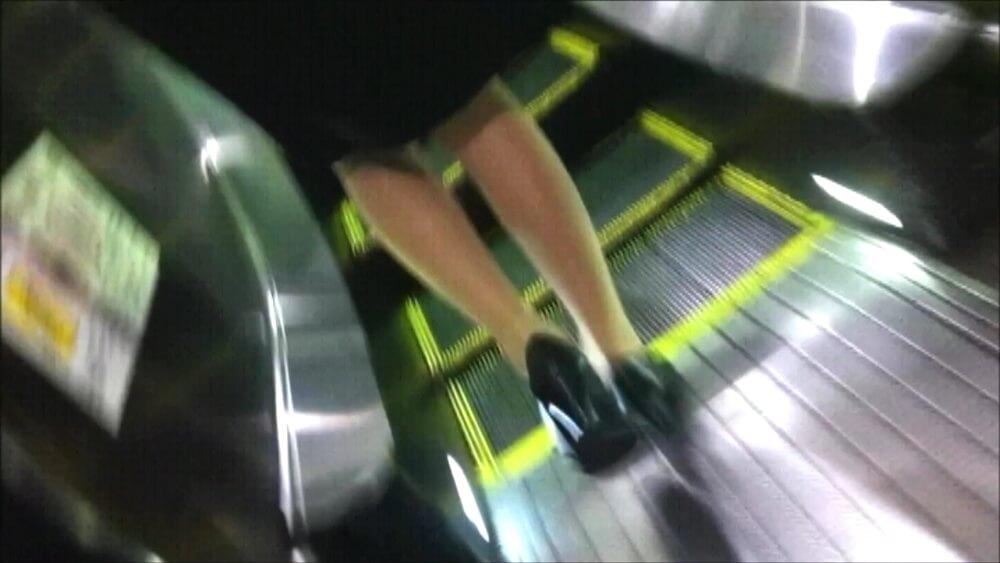 リクスー女性のスリムなパンスト脚を映した画像