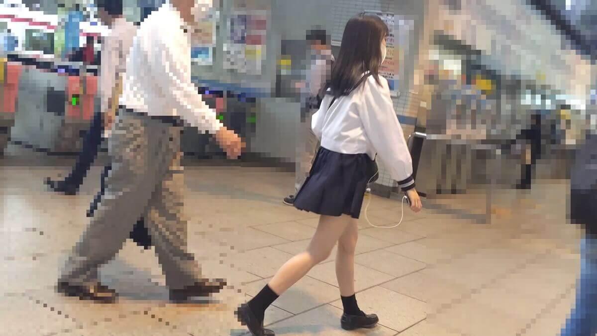 駅構内を歩く美人JK