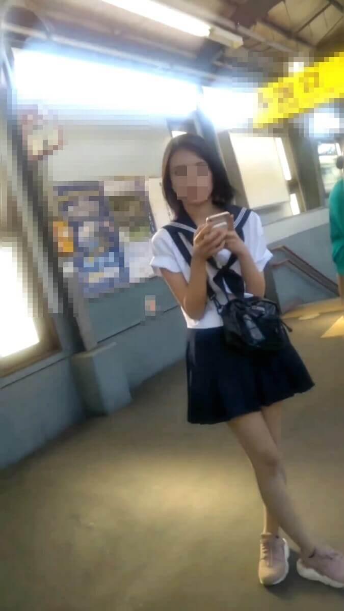 まっさ~さんのカメラを見る美人JK
