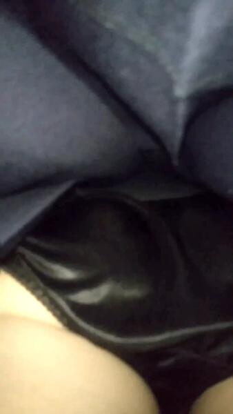 美人JKの黒のサテンパンツを逆さ撮り盗撮