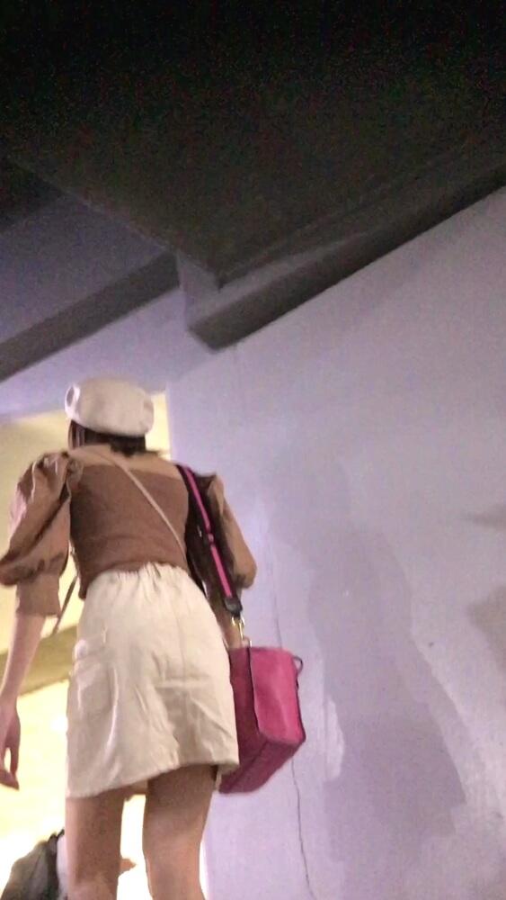 後をつけて女性の後ろ姿を隠し撮りした画像