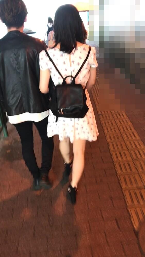 彼氏と歩いてる女性の後ろ姿を映した画像