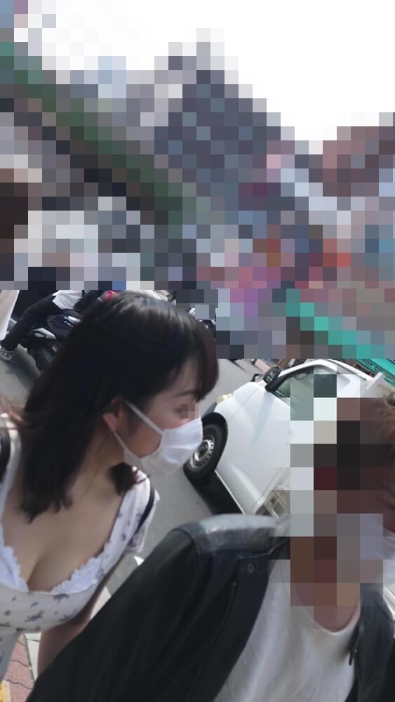 胸元の開いた女性の横顔を映した画像