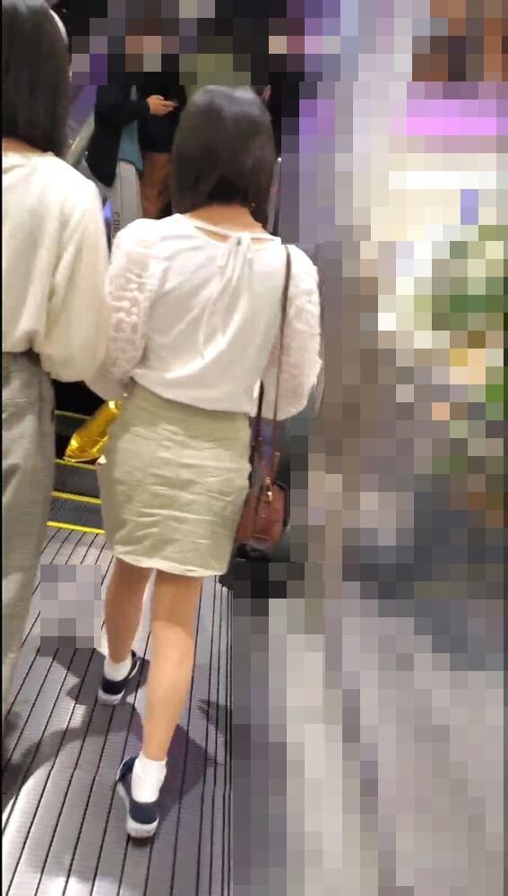 エスカレーターに乗る女の子を背後から隠し撮りした画像