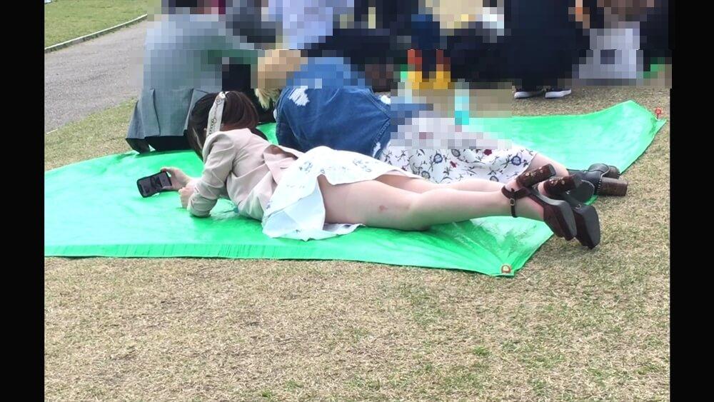 スカートが太ももの上までめくれ上がっているのを捉えた画像
